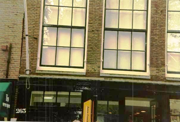 Das Haus, in dem Anne Frank versteckt wurde, kann in Amsterdam in der Prinsengracht 263 besichtigt werden. Weitere Informationen finden Sie unter www.annefrank.nl